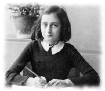 Schwarz-weiß Bild von Anne Frank mit Stift
