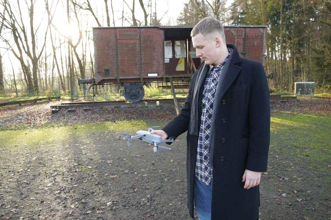 Drohne wird in der Hand gehalten