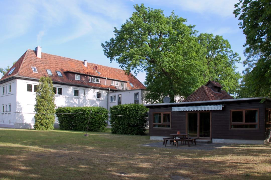 Haupthaus und Blockhütte